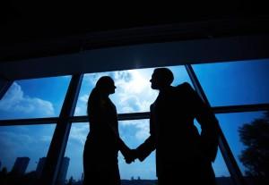 09 shake hands voor het raam